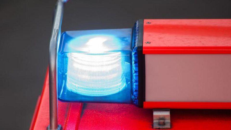 Ein Löschfahrzeug der Feuerwehr steht nach einer Übung mit eingeschaltetem Blaulicht an der Feuerwache. Foto: Daniel Bockwoldt/Archiv