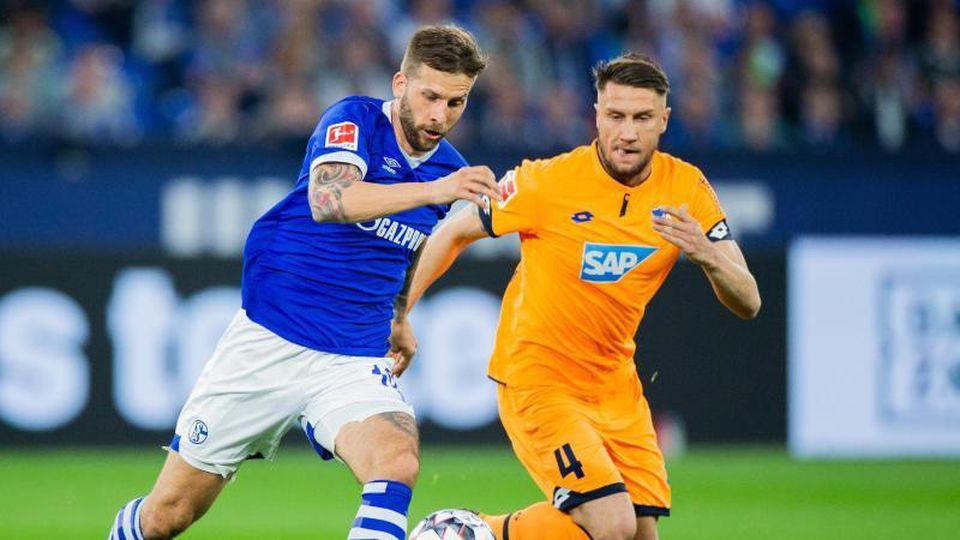 Der Schalker Guido Burgstaller (l) im Laufduell mit Ermin Bicakcic. Foto: Rolf Vennenbernd