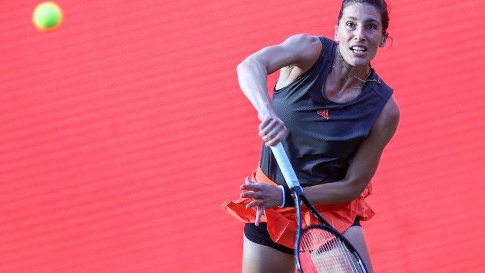 Andrea Petkovic spielt den Ball. Foto: Andreas Gora/dpa/