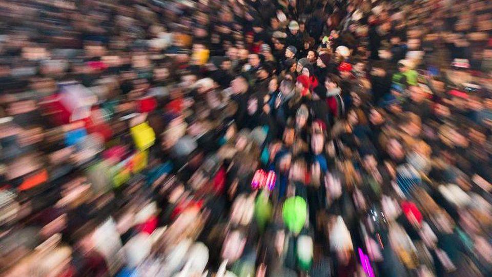Eine Menschenmasse steht auf einem Platz. Foto: Lukas Schulze/dpa