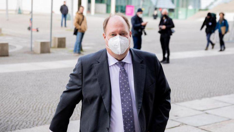 Kanzleramtsminister Helge Braun verteidigt die bundeseinheitliche Corona-Notbremse. Foto: Christoph Soeder/dpa