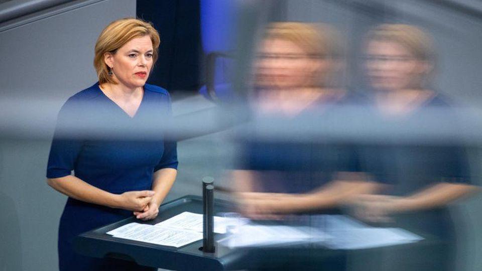 Julia Klöckner (CDU), Bundesministerin für Ernährung und Landwirtschaft, spricht am Podium. Foto: Christophe Gateau/dpa/Archivbild