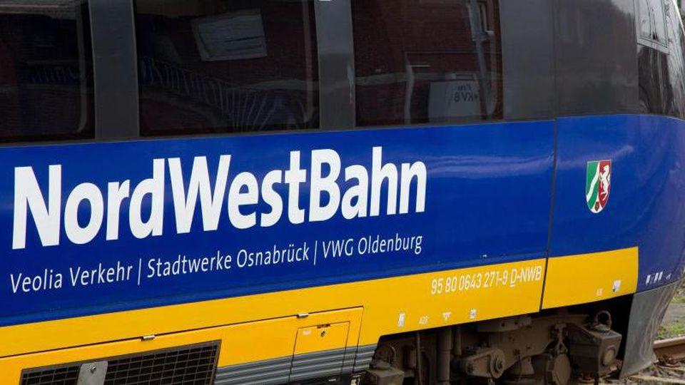 Ein Triebwagen der NordWestBahn steht auf dem Hauptbahnhof in Münster vor einer Lok der Deutschen Bahn. Foto: Friso Gentsch/dpa