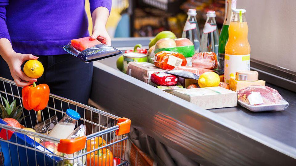 An Supermarktkassen könnte es vor und zwischen den Feiertagen zu langen Schlangen kommen.