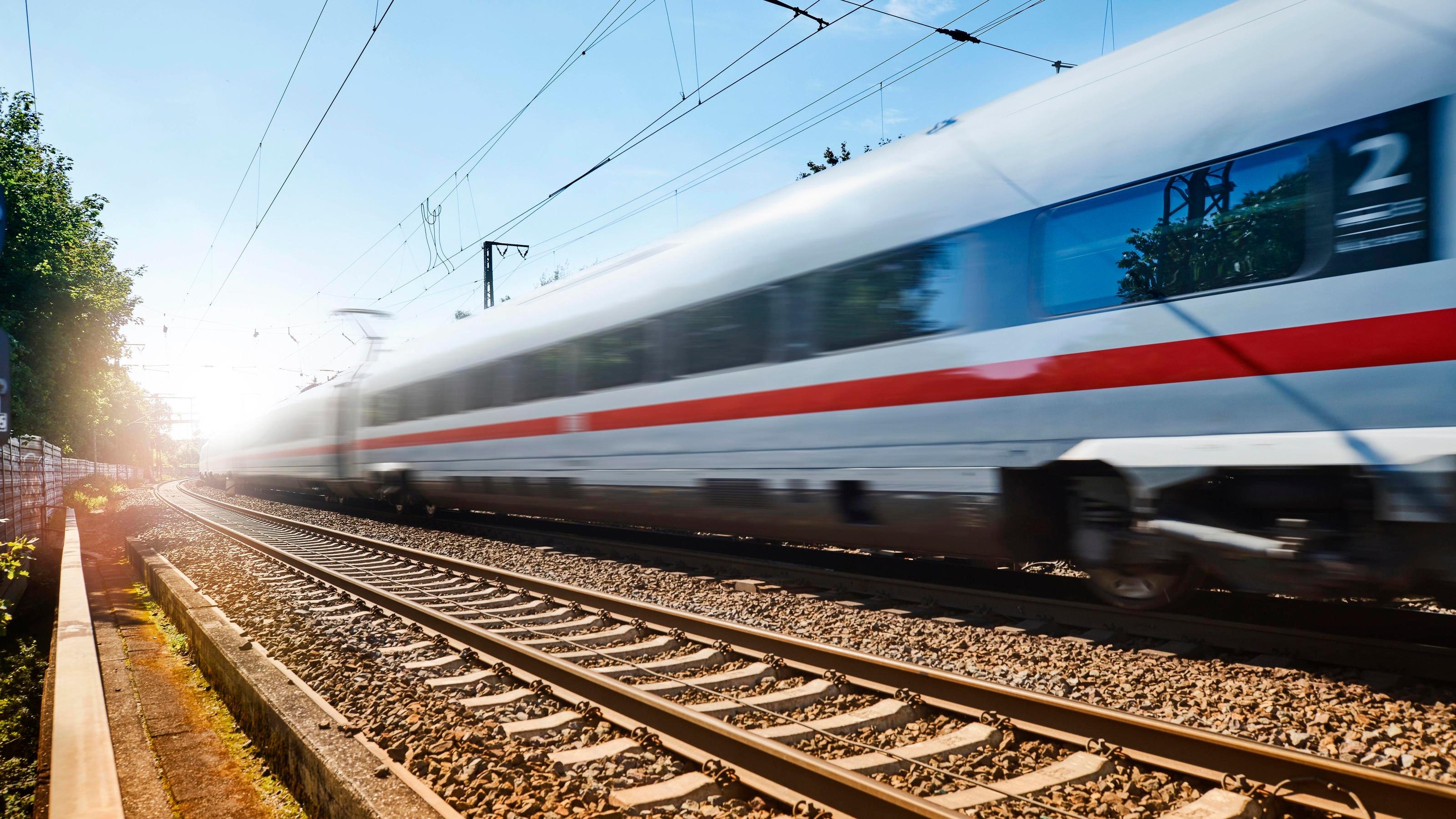 Ein 17-Jähriger aus Mülheim an der Ruhr soll die Deutsche Bahn mit illegal erworbenen Onlinetickets um mehr als 270.000 Euro betrogen haben. (Symbolbild)