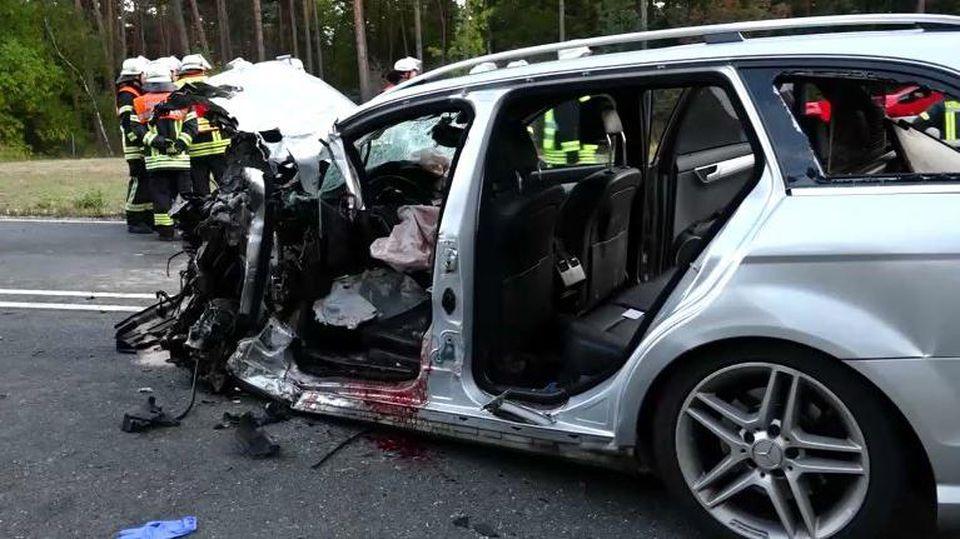 Auto rast in Gegenverkehr - Familienvater stirbt, zehn Verletzte