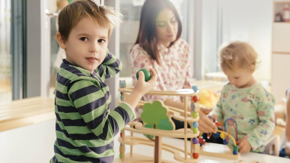 Sollen Kinder schon früh in die Kita? Unser Autor hat eine eindeutige Meinung.