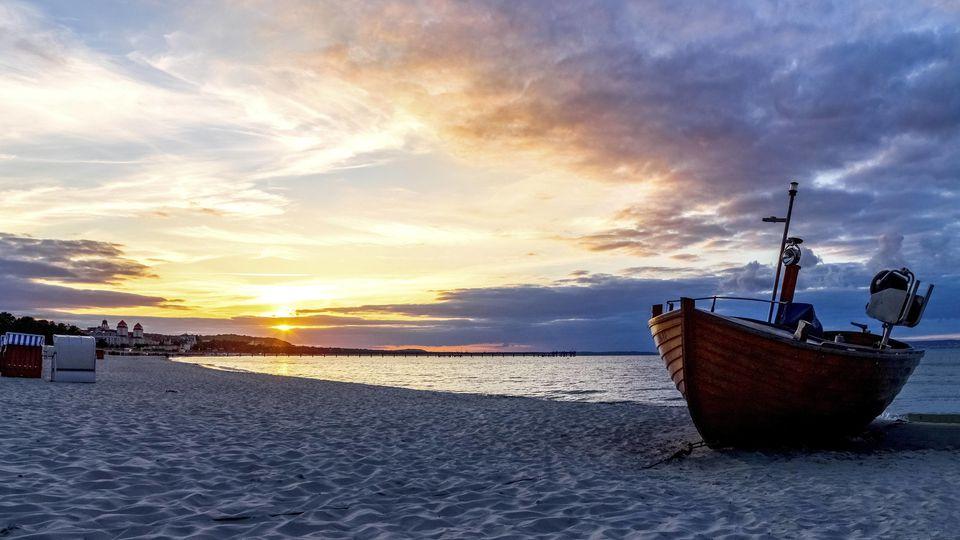 Boot am Strand einer Insel.