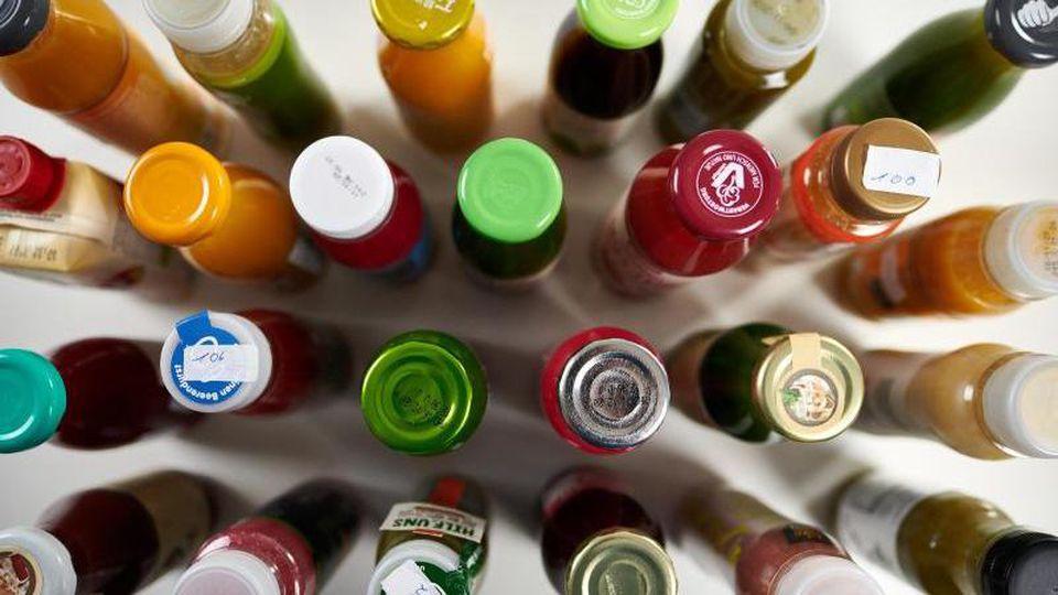 Laut Stiftung Warentest trinkt fast jeder Zweite einen Smoothie, um seiner Gesundheit etwas Gutes zu tun. Die flüssigen Snacks enthalten aber auch viel Zucker. Foto: Jörg Förster/Stiftung Warentest/dpa-tmn
