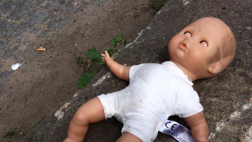 Alarmierte Rettungskräfte fanden den leblosen Säugling im Schlafzimmer der jungen Mutter aus Kerpen. Foto: Symbolbild