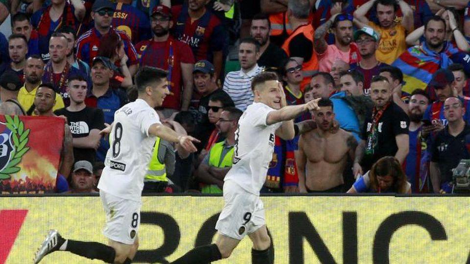Kevin Gameiro (r) vom FC Valencia feiert seinen Treffer mit Mitspieler Carlos Soler. Foto: Miguel Morenatti/AP
