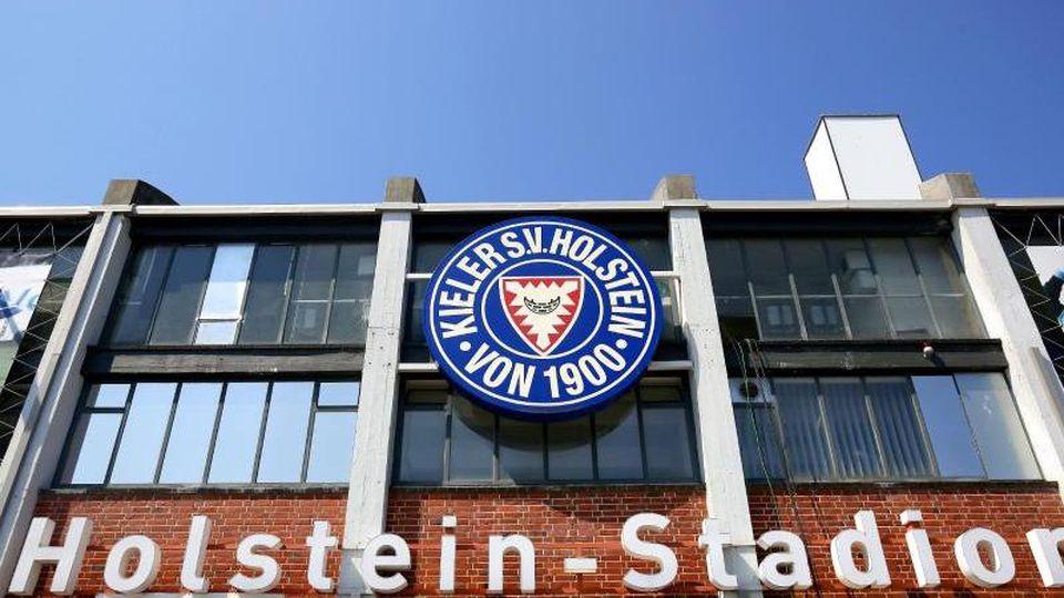 Das Vereinswappen von Holstein Kiel am Kieler Stadion. Foto: Frank Molter/Archivbild