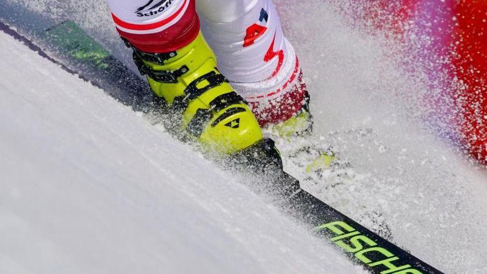 Eine Skifahrerin in Aktion. Foto: Michael Kappeler/dpa/Symbolbild