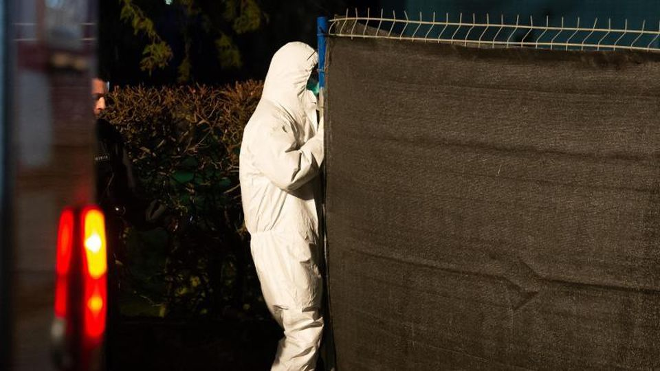 Der Tatort wird weiter untersucht. Foto: Swen Pförtner/dpa