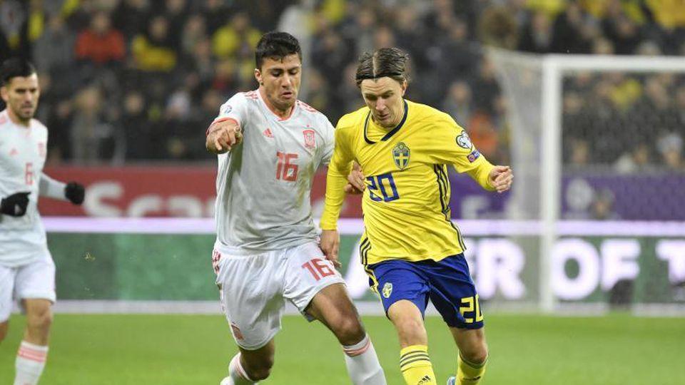 Der Spanier Rodri (l) und Kristoffer Olsson aus Schweden im Kampf um den Ball. Foto: Jessica Gow/TT NEWS AGENCY/AP/dpa