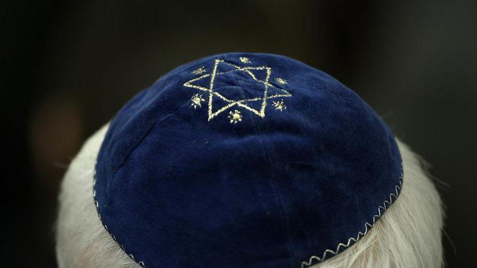 Ein Mann trägt in einer Synagoge eine Kippa. Foto: Fredrik Von Erichsen/dpa/Symbolbild