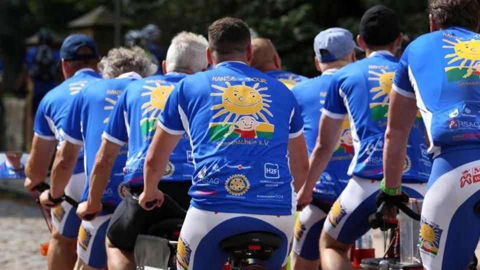 """Teilnehmer der Benefiz-Radtour """"Hanse-Tour Sonnenschein"""". Foto: Bernd Wüstneck/Archivbild"""