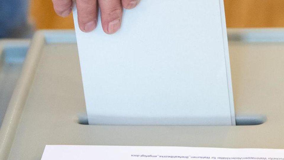 Ein Mann gibt seinen Stimmzettel für die Wahl zum Europäischen Parlament ab. Foto: Sebastian Gollnow