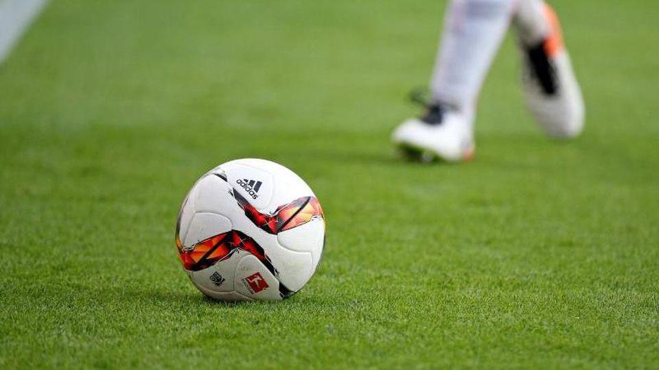 Ein Fußballspieler am Ball. Foto: Jan Woitas/dpa-Zentralbild/dpa/Symbolbild