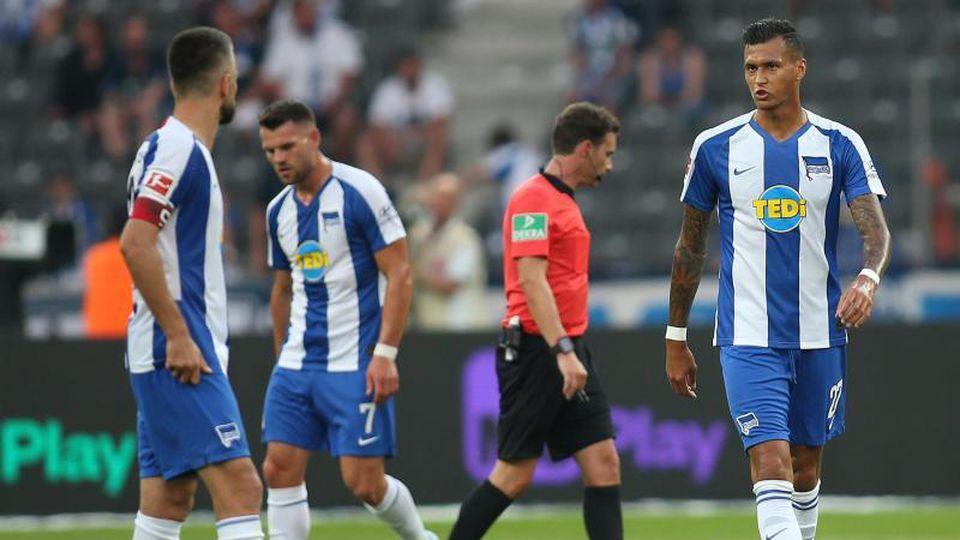 Mehrere Hertha-Spieler laufen enttäuscht über das Spielfeld.Foto:Andreas Gora