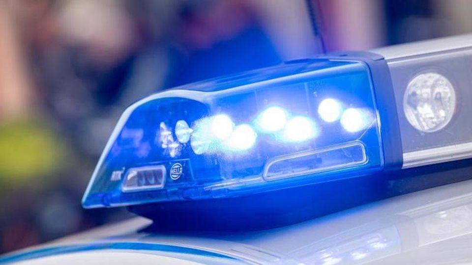 Ein Blaulicht der Polizei. Foto: Lino Mirgeler/Archiv