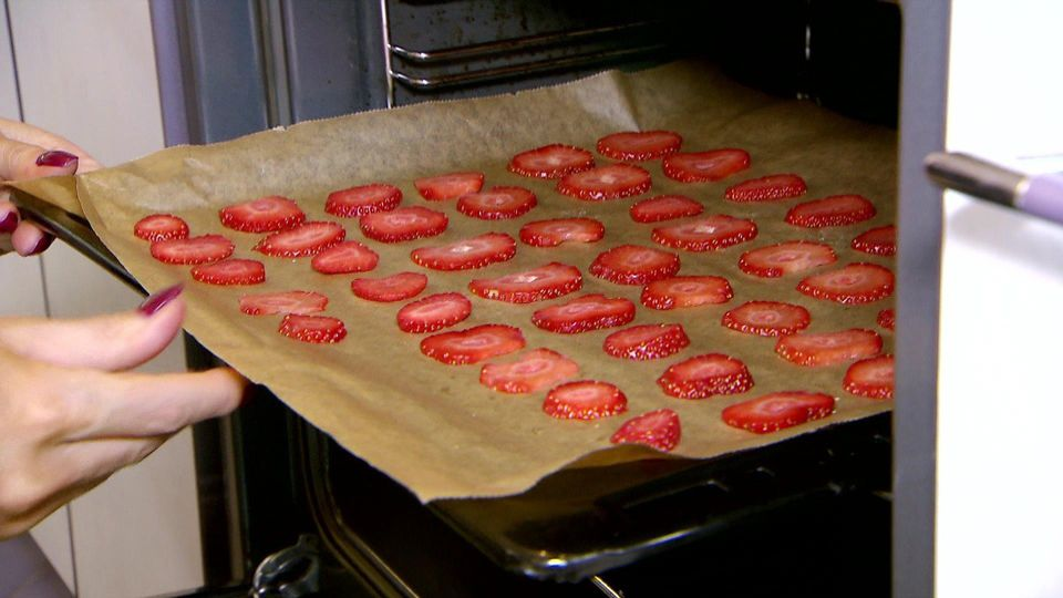 Erdbeerchips sind lecker und kalorienarm - ein perfekter Sommersnack.