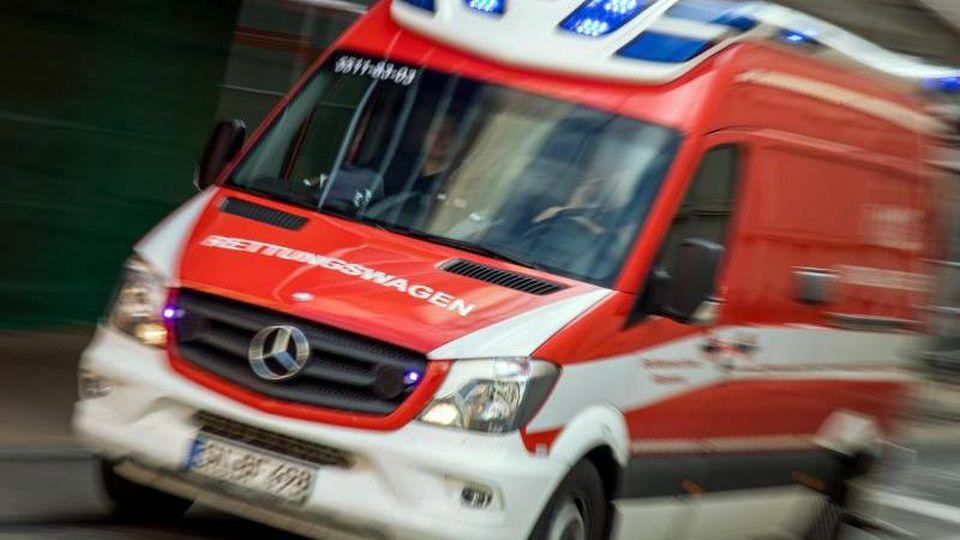 Ein Rettungswagen fährt durch die Innenstadt. Foto: Jens Büttner/dpa/Symbolbild
