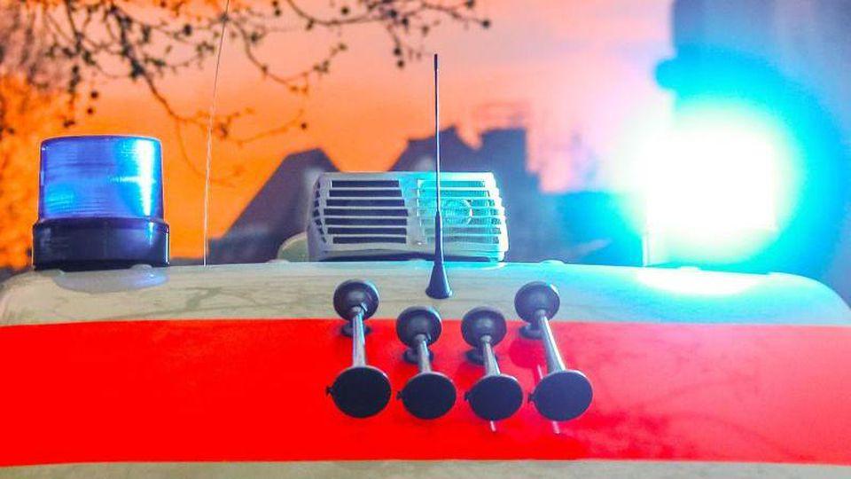 Ein Rettungswagen mit angeschaltetem Blaulicht und Signalhorn. Foto: Michael Hanschke/dpa/Symbolbild