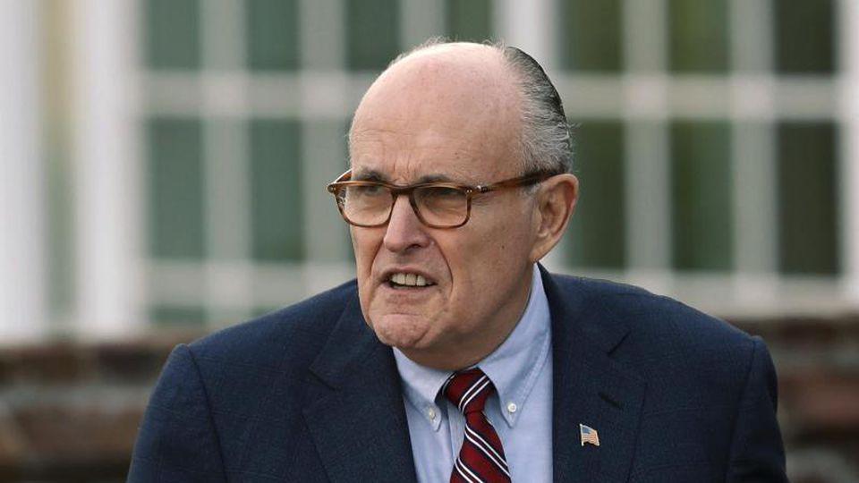 Rudolf Giuliani soll als persönlicher Gesandter Trumps an offiziellen Kanälen vorbei Gespräche mit der Ukraine geführt haben, um Ermittlungen gegen Trumps Konkurrenten Joe Biden anzustoßen. Carolyn Kaster/AP Foto: Carolyn Kaster
