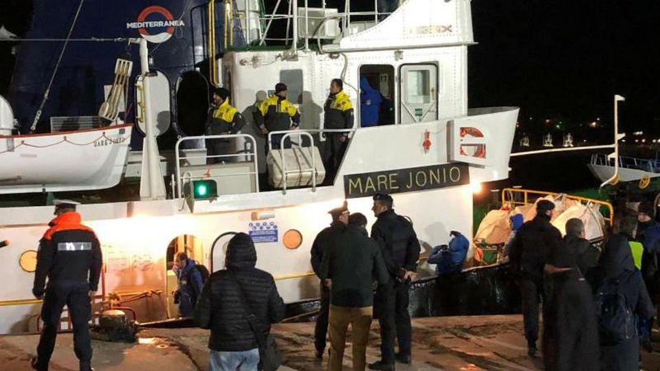 """Das Schiff """"Mare Jonio"""" mit 49 Migranten an Bord dockt im Hafen der Insel Lampedusa an. Foto: Elio Desiderio/ANSA/AP"""