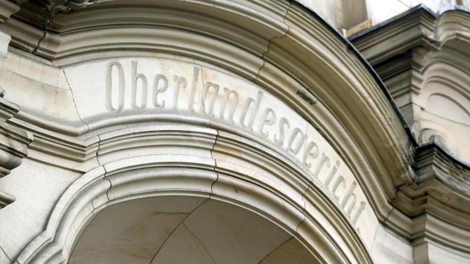 """Das Wort """"Oberlandesgericht"""" ist am Eingang in Stein gemeißelt. Foto: Roland Weihrauch/dpa/Archivbild"""