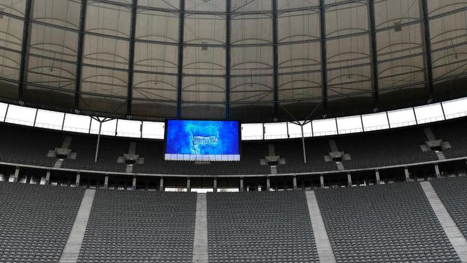 Wegen der Corona-Krise bleiben die Zuschauertribünen in den Fußball-Stadien vorerst leer. Foto: John Macdougall/AFP-POOL/dpa