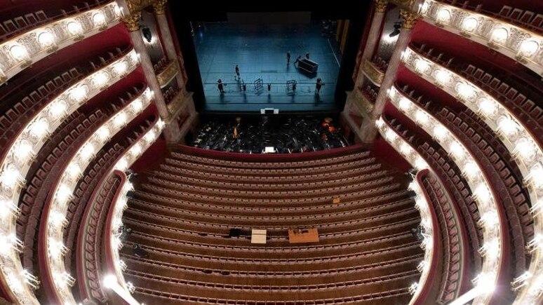 Die Bühne in der Bayerischen Staatsoper in München wird für die Opernfestspiele vorbereitet. Foto: Sven Hoppe/dpa