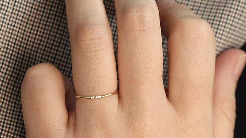 Ein Ring mit drei Diamanten.