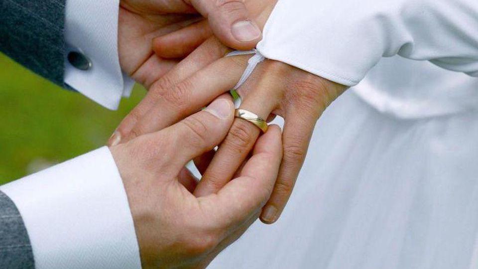 Menschen gehen heute bewusster eine Ehe ein. Meist gibt es auch weniger Unterschiede beim Alter oder Bildungsstand. Foto: Andreas Lander