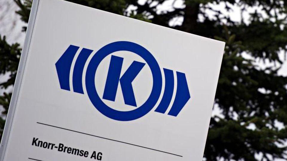 Das Logo der Knorr-Bremse AG ist auf einem Schild zu sehen. Foto: Nicolas Armer/dpa/Archivbild