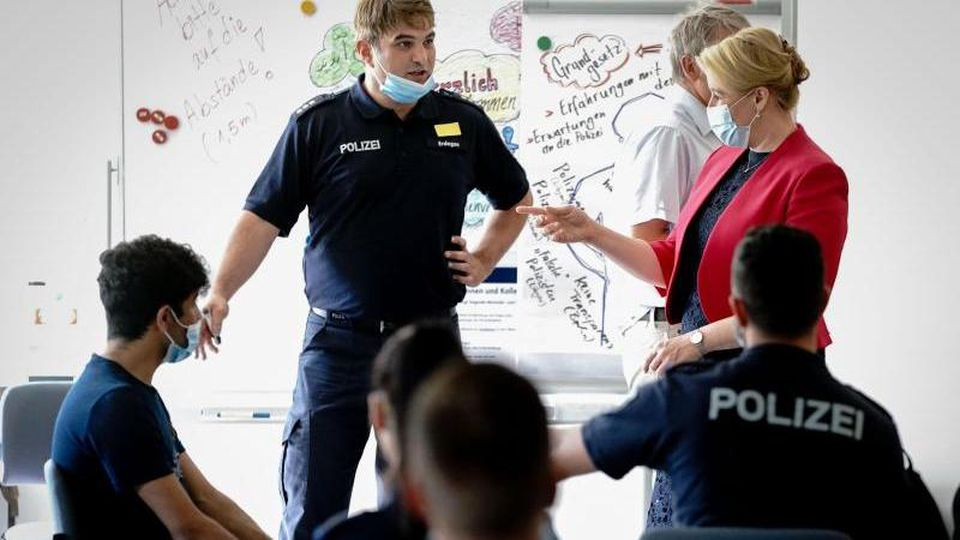 Franziska Giffey (r, SPD) nimmt in der Berliner Polizeiakademie an einer Informationsveranstaltung teil. Foto: Kay Nietfeld/dpa