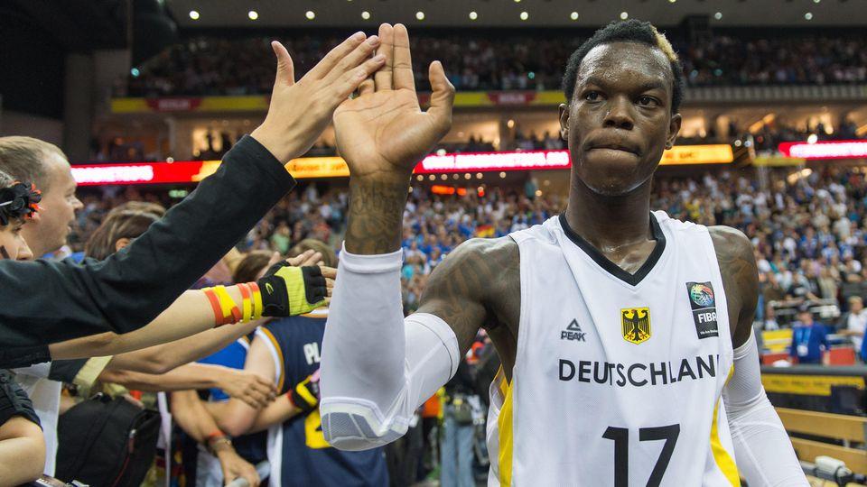 Basketball: EM, Herren - Vorrunde, Gruppe B: Deutschland - Spanien am 10.09.2015 in der Mercedes-Benz-Arena in Berlin. Deutschlands Dennis Schröder bedankt sich nach der Niederlage bei den Fans. Deutschland verlor die Partie und ist somit aus dem Tur