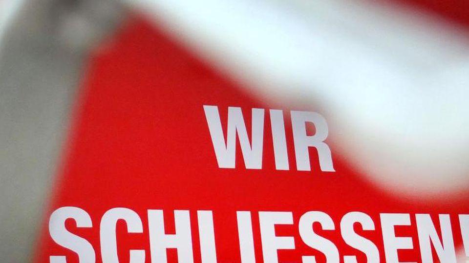 "Der Schriftzug ""Wir schließen!"" steht an einem geschlossenen Geschäft. Foto: Martin Gerten/dpa/Symbolbild/Archiv"
