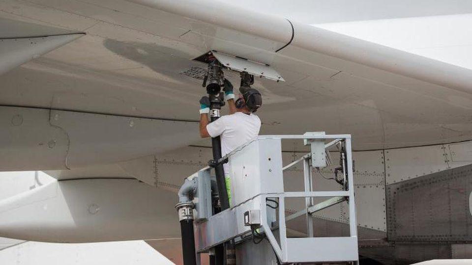 Ein Flugzeug wird am Flughafen betankt. Foto: Maja Hitij/Archivbild