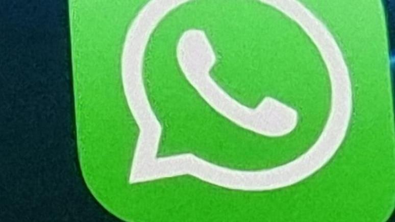 Die Anwendung von WhatsApp auf einem iPhone 12. Die monatelange Kontroverse um die neuen Datenschutz-Regeln bei WhatsApp hat für Facebooks Chatdienst bisher nur geringe Folgen in Deutschland. Foto: Christoph Dernbach/dpa