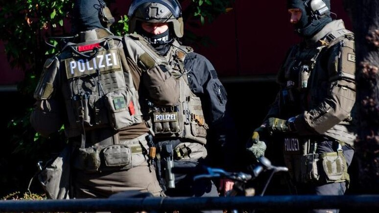 Mitglieder einer Spezialeinheit der Polizei stürmten Donnerstagabend eine Wohnung. Foto: Axel Heimken