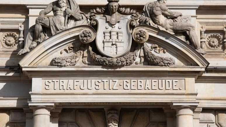 Eine Mutter steht wegen versuchten Mordes an ihrer vierjährigen Tochter in Hamburg vor Gericht.