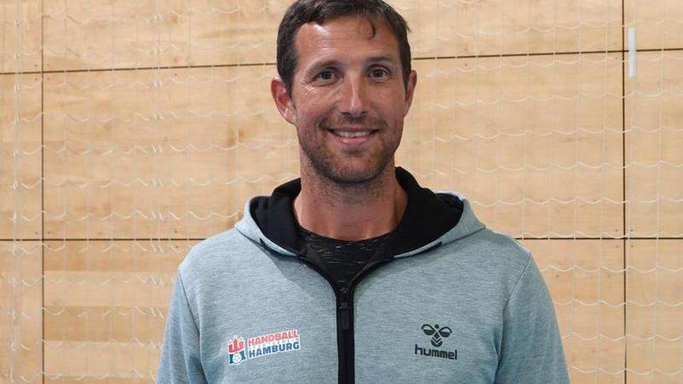 Hamburgs Trainer Torsten Jansen steht in der Halle. Foto: Regina Wank/dpa