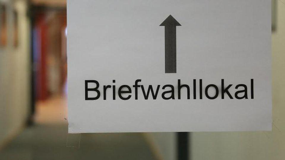 Ein Wegweiser zum Briefwahllokal im Rathaus in Halberstadt. Foto: Jens Wolf/dpa-Zentralbild/dpa/Archivbild