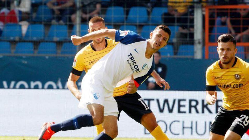 Bochums Anthony Losilla (M) und die Dresdener Rene Klingenburg und Sasha Horvarth (l-r.) im Zweikampf um den Ball. Foto: Roland Weihrauch