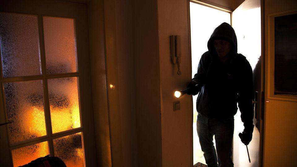 Ein 70-jähriger Rentner hat einen Einbrecher in seiner Wohnung in Recklinghausen überrascht, durch das offene Fenster verfolgt und gestellt (Symbolbild).
