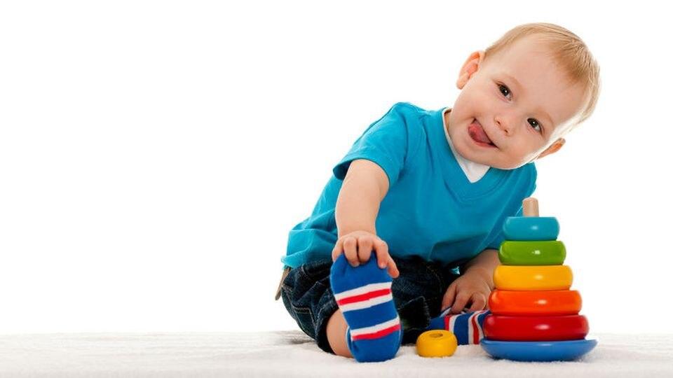 Fördern Sie Ihr Kind mit Stapelspielzeugen und Aktions-/Reaktionsspielzeugen.