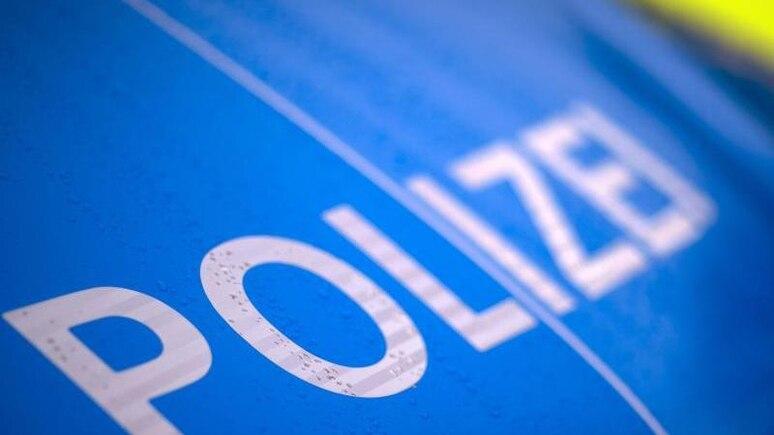 """Der Schriftzug """"Polizei"""" steht auf einemStreifenwagen. Foto: Jens Büttner/dpa-Zentralbild/ZB/Symbolbild"""