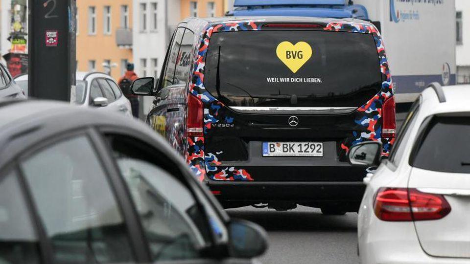 """Ein Van vom Fahrservice der BVG """"Berlkönig"""". Foto: Jens Kalaene/dpa-Zentralbild/dpa"""